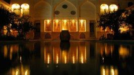 نمای بیرونی هتل خانه احسان در شب