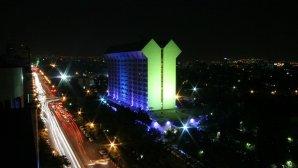 نمای بیرونی هتل بین المللی لاله در شب