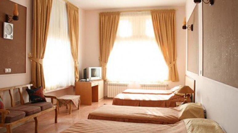 نمایی از اتاق چهار تخته هتل ابیانه