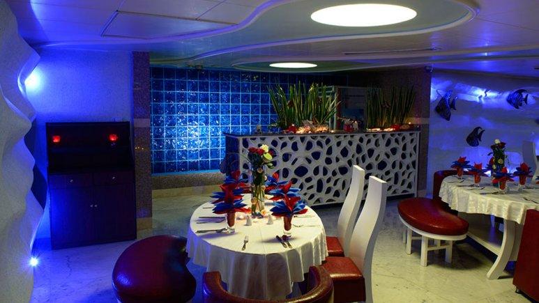 رستوران پنج قاره زوشا هتل قصر طلایی