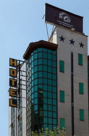نمای بیرونی هتل هالی