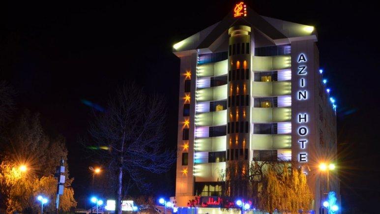 نمای بیرونی هتل آذین در شب