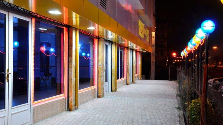 هتل ایساتیس در شب