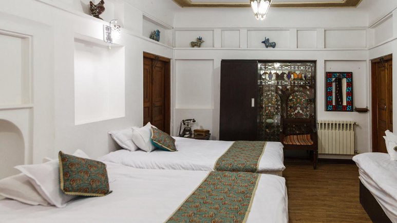 نمای داخلی اتاق پنج تخته هتل سنتی عتیق