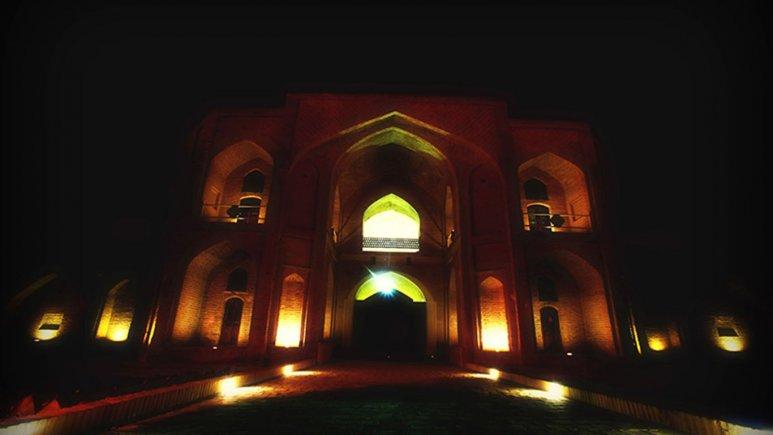 هتل کاروان سرای عباسی کوهپا در شب