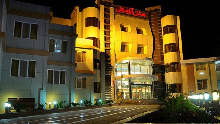 نمای بیرونی هتل آرامش در شب