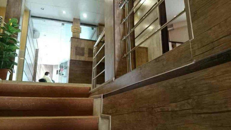 راه پله و راهرو هتل آپارتمان قصر نوین