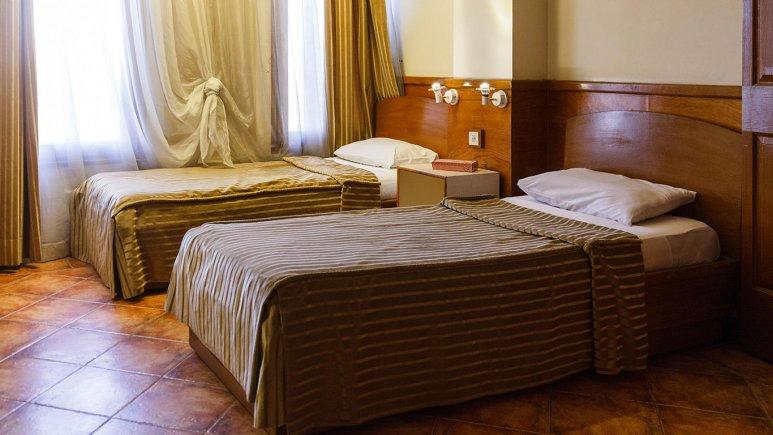 نمای داخلی اتاق دو تخته هتل چهل پنجره