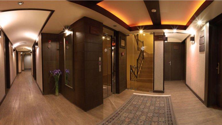 نمایی از راهرو هتل شیخ بهایی