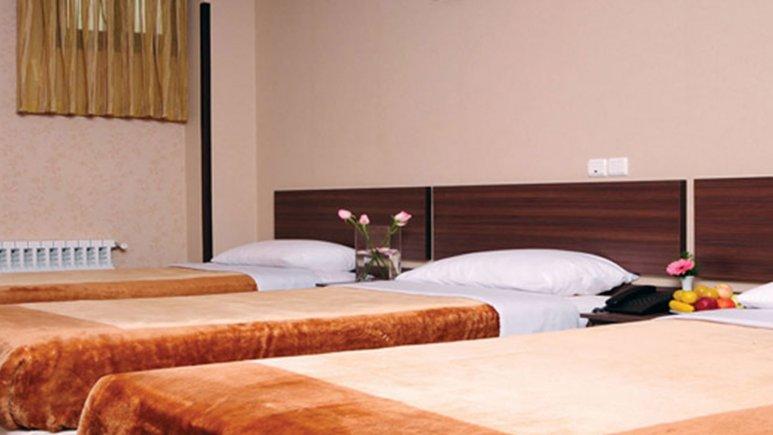 نمایی از اتاق سه تخته هتل شیخ بهایی